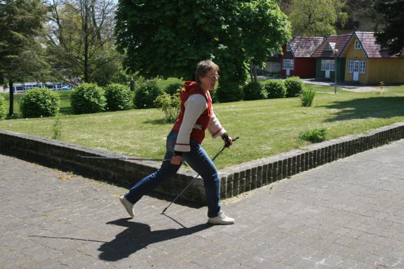 Vaikščiojimas lazdomis populiarus Neringoje.