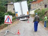 Leonoticias.com nuotr. /Lietuvio vilkikas įstrigęs griovyje Ispanijos kaimelyje Ransidėje.
