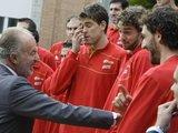 """""""Reuters""""/""""Scanpix"""" nuotr./Ispanijos karalius J.Carlosas sveikina krepšininkus"""