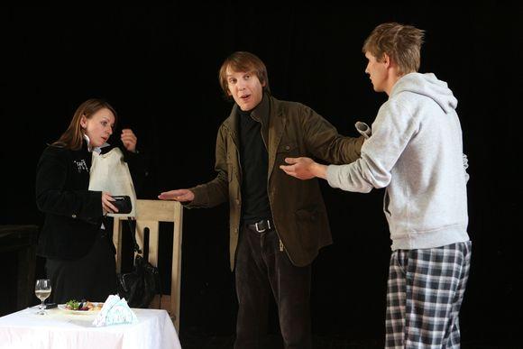 Profesionalūs aktoriai žiūrovus įtraukia į bendrą diskusiją.