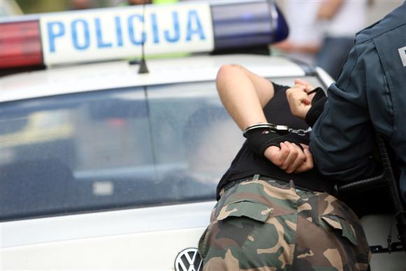 Nors Kauno policijos vadovai patvirtino, jog operacijos metu buvo krečiami nusikalstamo pasaulio veikėjų namai, nuo platesnių komentarų susilaikė.