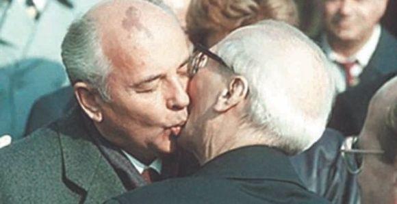 1989 metų spalį minint VDR 40-ąsias metines M.Gorbačiovas ir E.Honeckeris broliškai bučiavosi, o po kelių savaičių griuvo Berlyno siena.