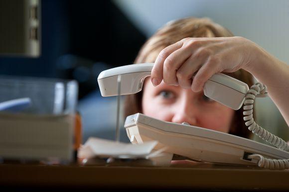 Moteris dedanti telefono ragelį.