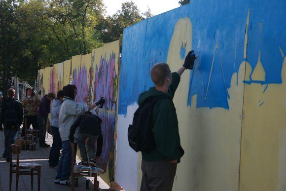 Grafitininkai aikštėje darbuojasi visą dieną.