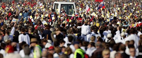 Tūkstančiai tikinčiųjų sveikina į Čekiją atvykusį popiežių Benediktą XVI.