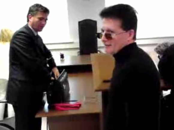 Kaltinamasis V.Makejevas (dešinėje) po posėdžio užgulė prokurorą E.Motiejūną ir paskaitė jam trumpą moralą (ž. video).