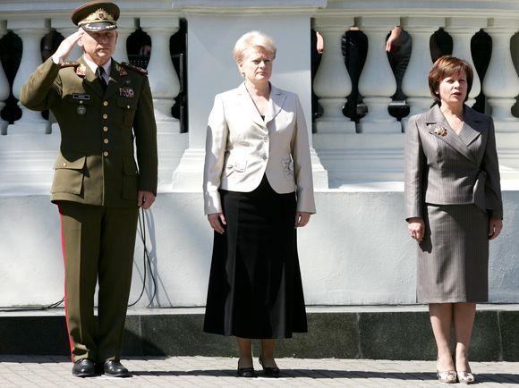 Lietuvos kariuomenės vadas generolas majoras Arvydas Pocius, prezidentė Dalia Grybauskaitė ir krašto apsaugos ministrė Rasa Juknevičienė