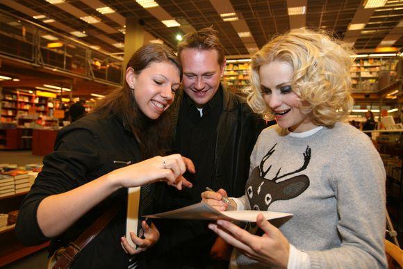 Jurga Šeduikytė ištikimiausius gerbėjus džiugino autografais ir nuotraukomis.