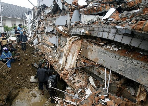 Po griuvėsiais gali būti palaidota tūkstančiai žmonių.