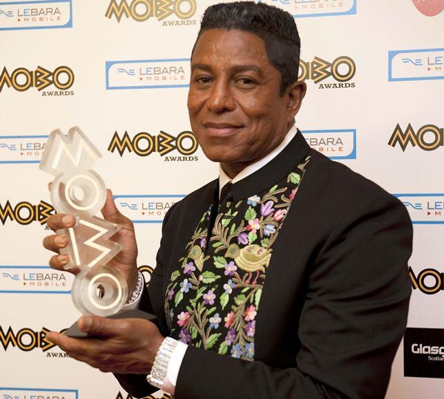 Jermaine'as Jackson laiko jo broliui Michaelui Jacksonui skirtą MOBO apdovanojimų statulėlę.
