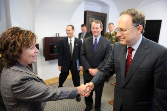 Alexanderis Vershbow sveikina ministrę Rasą Juknevičienę