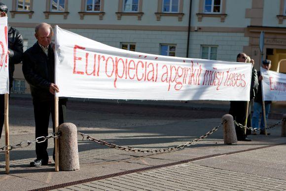 Lenkų protestas prie prezidentūros Vilniuje