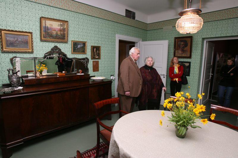 Renovuotame K.Petrausko bute galima rasti ne tik autentiškų šeimos daiktų, bet ir informacijos apie jo gyvenimą, karjerą, giminę.