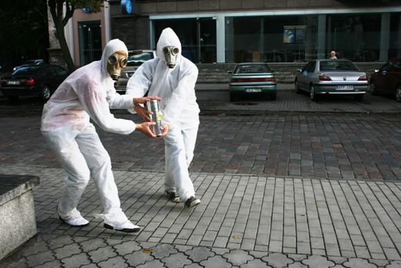 Grupelė aktyvių studentų nusprendė nelaukti, kol kas kitas juos pralinksmins, o patys išėjo į gatves pokštauti.