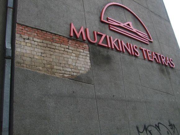 Vėjas nuo Muzikinio teatro pastato plėšė tinką.