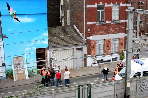 Namas, kurio rūsyje M.Dutroux laikė mergaites ir šiandien tebėra uždengtas milžiniška drobe.