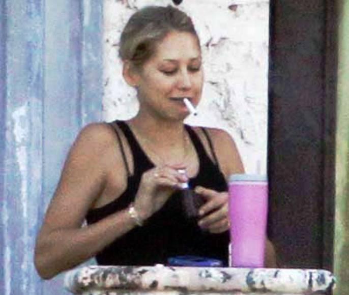 Anna Kurnikova paparacų nufotografuota rūkanti.