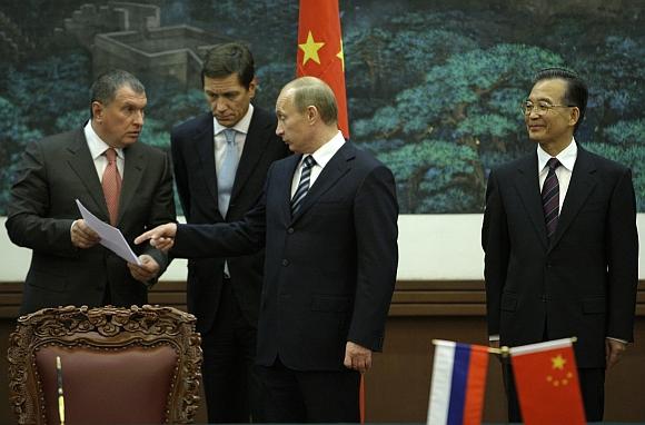 Per Vladimiro Putino (centre) vizitą Kinijoje pasirašyta bendradarbiavimo kontraktų už 3,5 mlrd. dolerių.