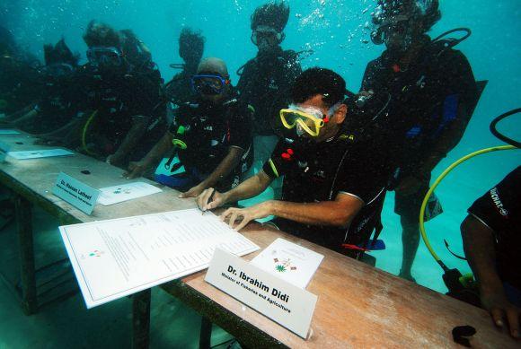 Maldyvų prezidento ir ministrų kabineto susitikimas po vandeniu