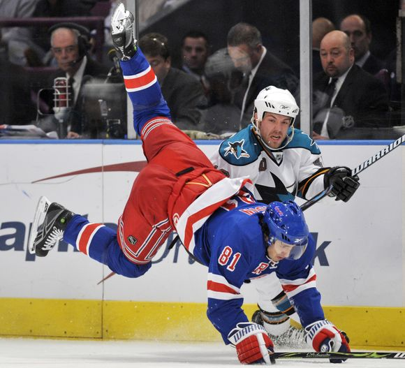 """Iki pralaimėjimo """"Sharks"""" ledo ritulininkams """"Rangers"""" (mėlyna apranga) komanda buvo iškovojusi septynias pergales iš eilės"""