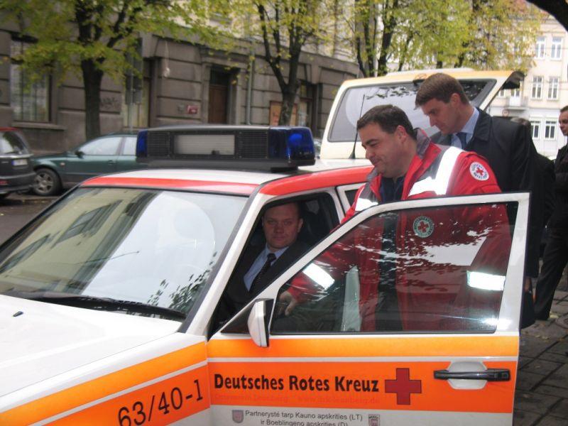 Greitosios pagalbos automobilis perduotas Kauno medikams.