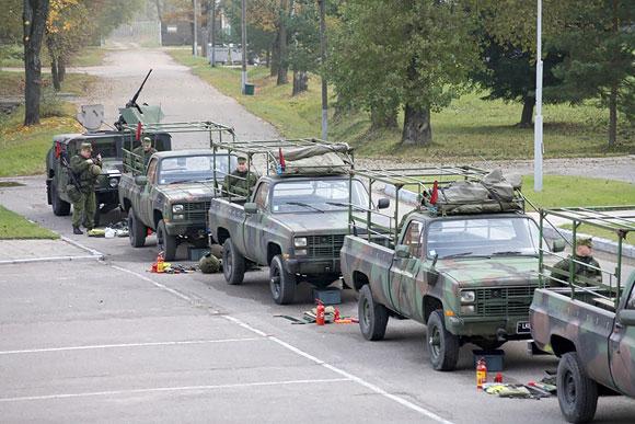 """pirmąją pratybų """"Greitas atsakas"""" dieną Mindaugo batalione buvo surengtas pratybų pristatymas, ginkluotės, ekipuotės, technikos ir ryšių įrangos patikrinimas"""