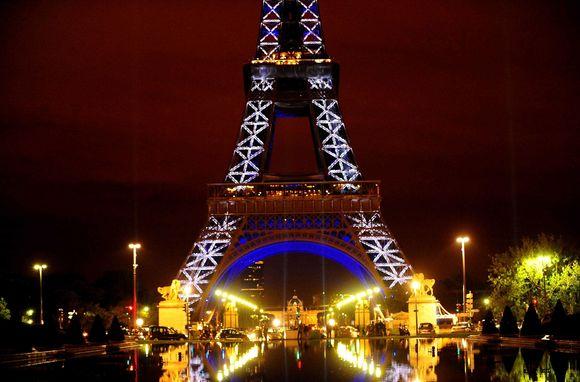 Eifelio bokštas nušvito visomis spalvomis.