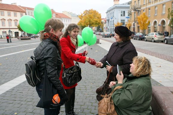 VU studentai Konstitucijas dalino Katedros, Rotušės ir Lukiškių aikštėse.