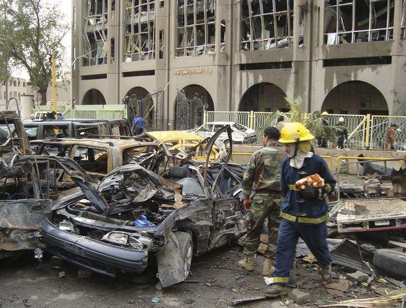 Irako sostinės centre prie dviejų vyriausybinių pastatų sekmadienį sprogo dviejų mirtininkų automobiliai.