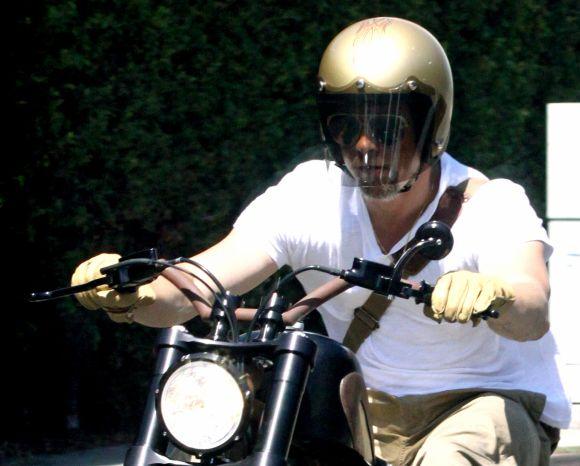 Bradas Pittas ir jo motociklas