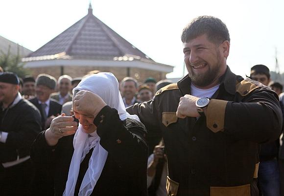 """Oficialiai uždirbantis 118 tūkst. JAV dolerių Ramzanas Kadyrovas puikuojasi beveik trečdalio milijono dolerių vertės laikrodžiu """"Bovet""""."""
