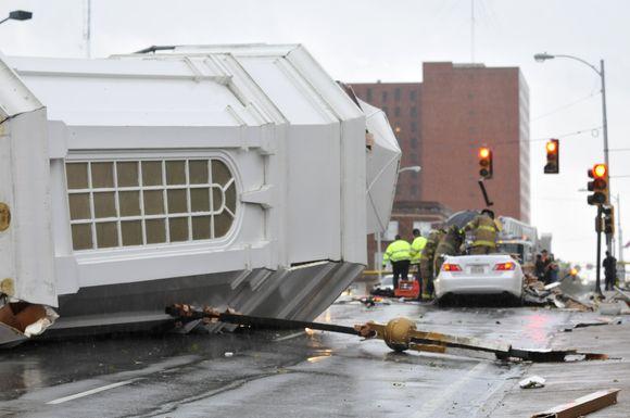 Gelbėtojams teko vaduoti automobilio, ant kurio užvirto medis, viduje įstrigusį vyrą – 57 metų Michaelą Williamsą.