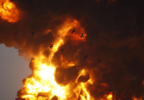 Ketvirtadienį naftos produktų sandėlyje Indijoje kilo milžiniškas gaisras. Penktadienio rytą jis dar nebuvo numalšintas.