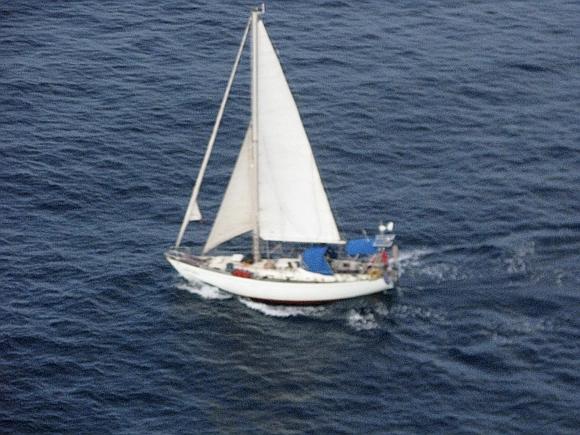 Piratai Chandlerių jachtą paliko plūduriuoti vandenyne.