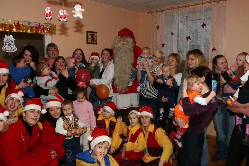 Tikrasis Kalėdų Senelis savo kelionių metu lanko įvairias įstaigas, taip pat ir vaikų ligonines, globos namus