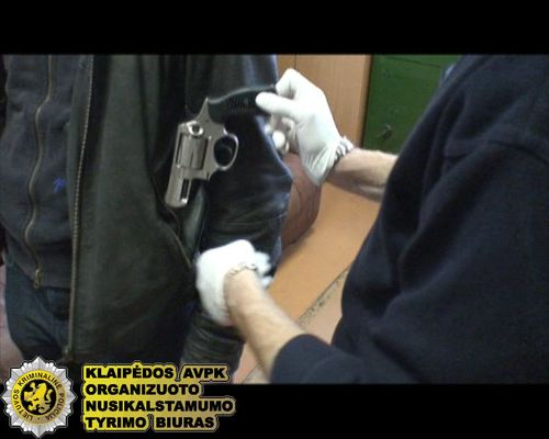 Pas įtariamuosius rastas revolveris, pistoletas bei peilis.