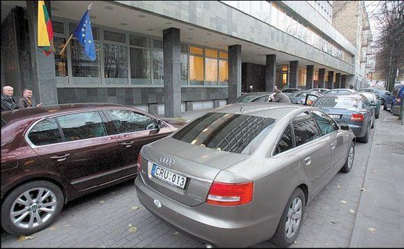 Puota bado metu: antradienį į Ūkio ministeriją net vietos valdžios atstovai atvyko ištaigingais automobiliais.