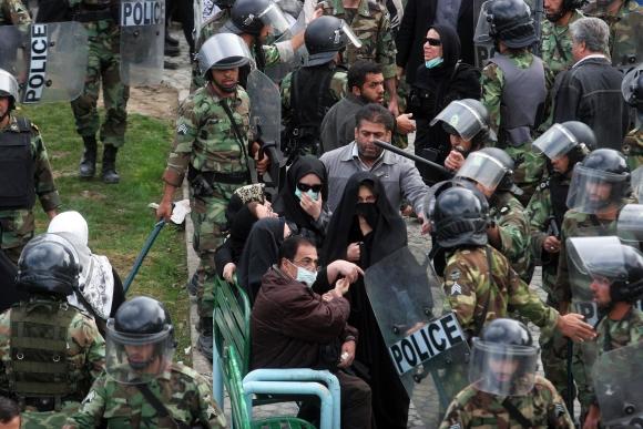 Irano policija vaikė opozicijos protestuotojus.