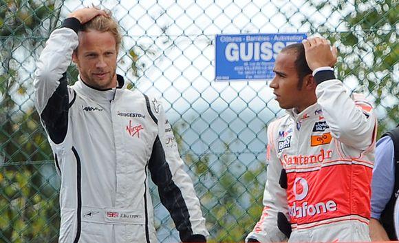 T.Ecclestone nuomone, L.Hamiltonas (dešinėje) yra greitesnis lenktynininkas už J.Buttoną
