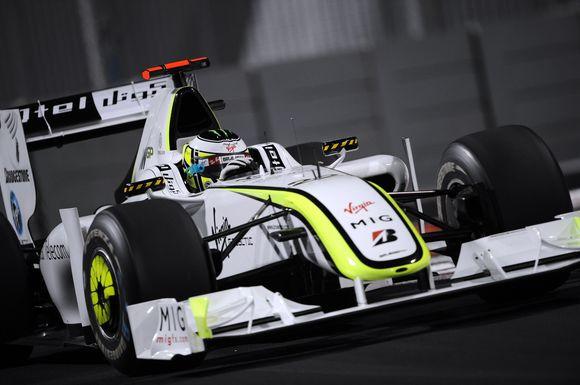 """Sėkmingų derybų atveju, čempioniškas """"Brawn"""" bolidas kitą sezoną vadintųsi """"Mercedes"""" ir būtų dažomas ne baltai-salotinėmis spalvomis, o tradicine Vokietijos automobilių gamintojos – sidabrine spalva"""