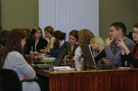 Savaitgalį Klaipėdos savivaldybėje susirinkę jaunuoliai imitavo tarybos darbą.