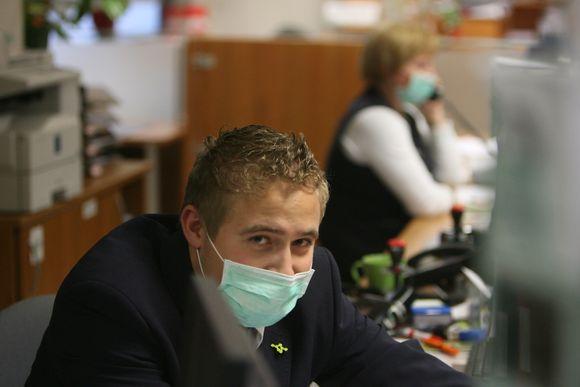 Visi interesantų aptarnavimo skyriuje dirbantys specialistai pasislėpė po medicinėmis kaukėmis.