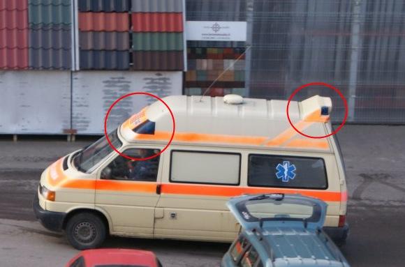 """Krovininiu taksi paverstas specialiosios paskirties automobilis su švyturėliais ir užrašu """"Ambulance""""."""