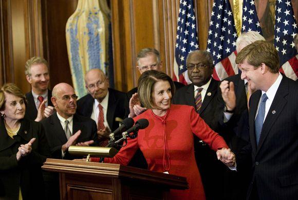 P.Kennedy (dešinėje) spaudžia ranką Kongreso pirmininkei N.Pelosi po to, kai Atstovų rūmai pritarė sveikatos apsaugos reformai.