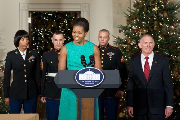 Pirmoji JAV dama dėkoja savanoriams, kurie papuošė Baltuosius rūmus Kalėdoms.