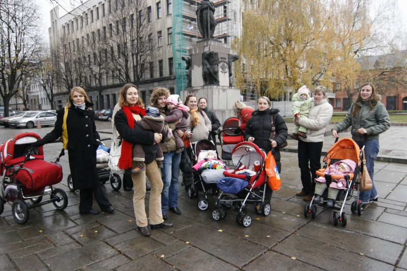 Mamos protestuoja prie Kauno miesto savivaldybės