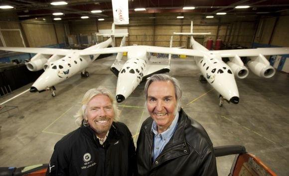 Reuters/Scanpix nuotr./Kosminės kelionių agentūros įkūrėjas milijonierius Richardas Bransonas ir erdvėlaivio dizaineris Burtas Rutanas