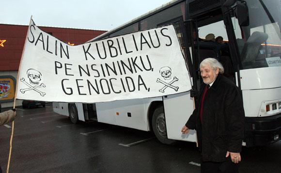 Į magistralės blokados akciją V.Šustauskas išsivežė ir keletą valždią smerkiančių plakatų.