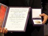 """Reuters""/""Scanpix"" nuotr./Barackui Obamai įteiktas medalis ir diplomas."