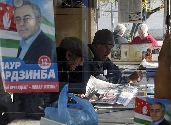 Abchazijoje gruodžio 10 dieną įvyks prezidento rinkimai. Ant spaudos kiosko vieno iš kandidatų, Zauro Ardzinbos, agitacinis plakatas.